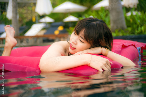 Photo young happy and attractive Asian Chinese woman enjoying at holidays resort swimm