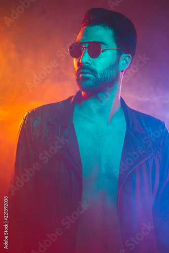Fotografía  Portrait of young man in leather jacket and sunglasses