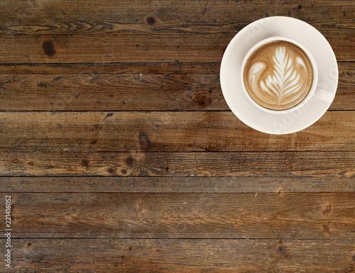 kawa latte / cappucino na drewnianym stole