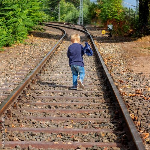Fotografie, Obraz  Kind auf Schienen