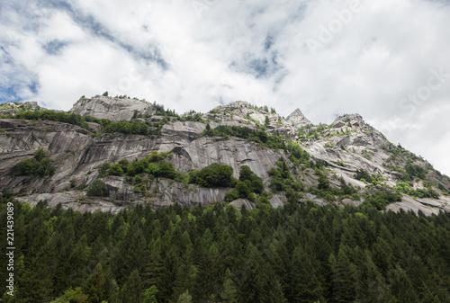 Photo Mountain landscape in Val di Mello in a sunny day - lombardy.