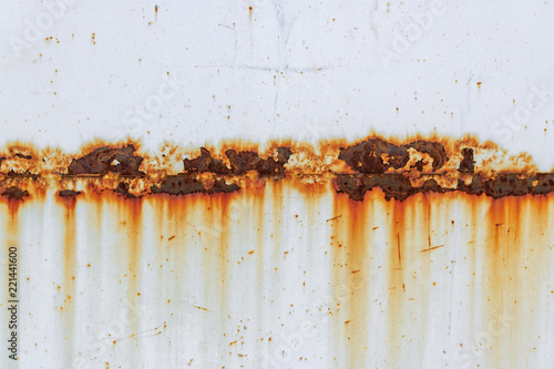 Foto Corrosion of welding seam with red stains on a old white metal sheet