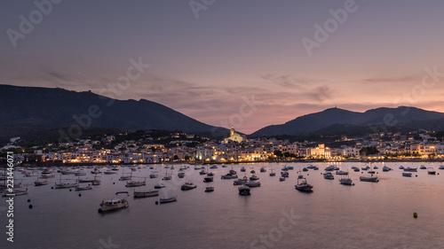 Photo Vista del pueblo de Cadaqués al anochecer con el mar en calma, Costa Brava, Cataluña