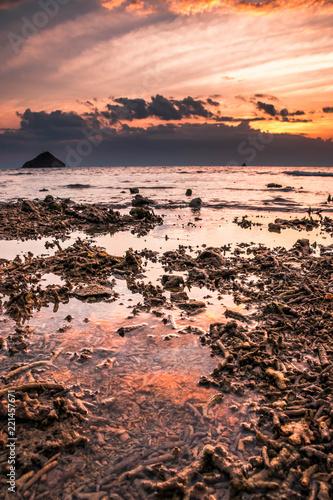 Fotobehang Zalm Atardecer en Pulau Kenawa, Indonesia.