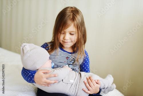 Fotografia  sister holding  newborn brother