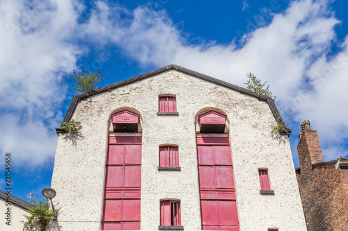 Foto  Facaxde of an old white warehouse from 1864 in LIverpool, UK