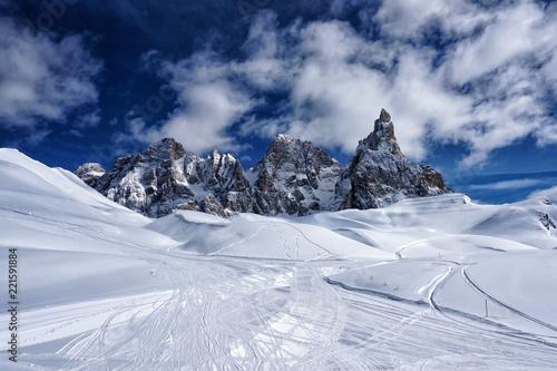 sniezna-halna-zima-krajobrazu-widoku-dolomity-wlochy