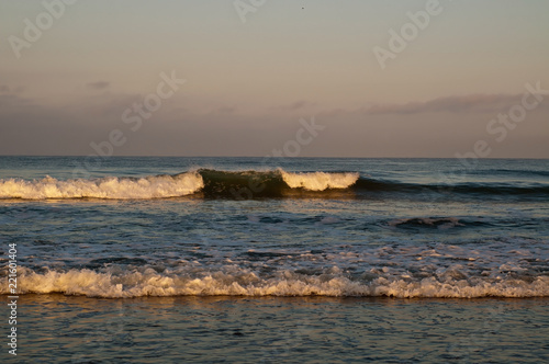 Photo  Pacific ocean waves in the early morning sunlight in Southern California, USA