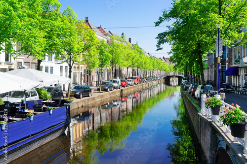 Papiers peints Con. ancienne street with water canal in Delft old town in Holland