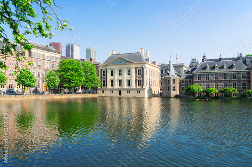 Papiers peints Con. ancienne city center of Den Haag - Mauritshuis and with reflections in pond, Netherlands