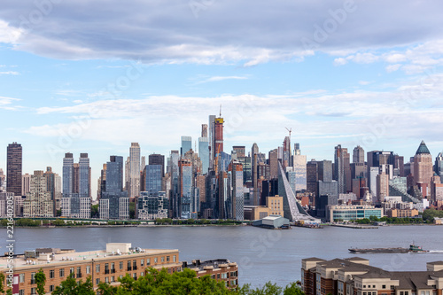 Spoed Foto op Canvas New York City New York City midtown Manhattan skyline panorama view from Boulevard East Old Glory Park over Hudson River.