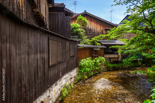 In de dag Asia land Traditional japanese houses on Shirakawa river, Gion district, Kyoto, Japan