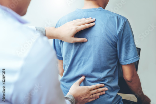 Fotografía Doctor consulting with patient Back problems Physical therapy concept