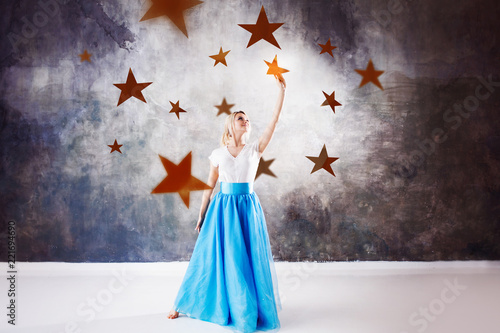 Photo  young beautiful woman took a star from the sky