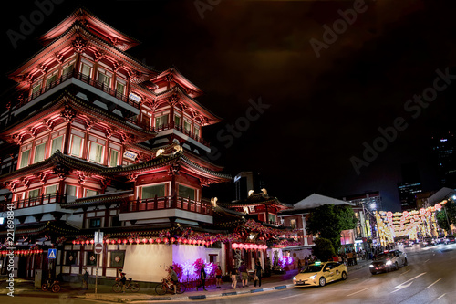Photo  Buda Tooth Relic Temple in Singapore on a busy night next to Paifang gates decorated for the Chinese New Year