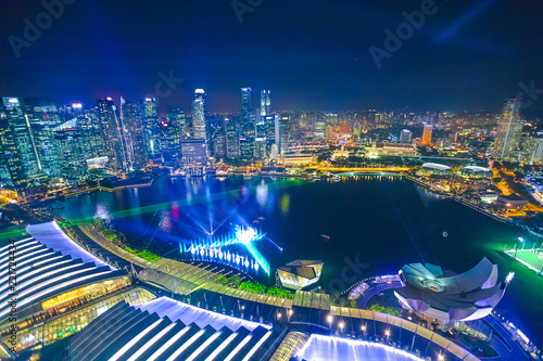 Foto auf Leinwand Asiatische Länder Aerial skyline of Singapore marina with financial district skyscrapers at night in the harbor. Rooftop above Singapore skyline. Night urban scene.