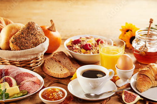Foto Wholesome spread of fresh food for breakfast