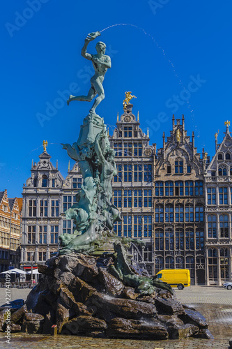 Foto op Plexiglas Antwerpen Monument-fountain to the soldier Brabo