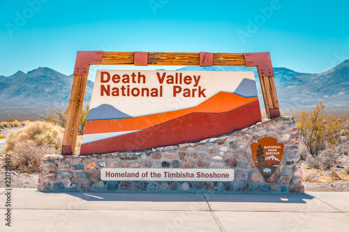 Montage in der Fensternische Lateinamerikanisches Land Death Valley National Park entrance sign, California, USA