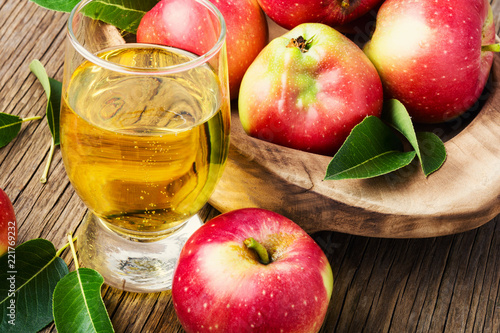 Tuinposter Bier / Cider Homemade cider from ripe apples