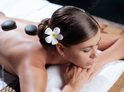 Fotografía  portrait of young beautiful woman in spa environment