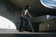 canvas print picture - Vorderansicht von männlichem Radfahrer, der in einer urbanen Landschaft auf seinem Fahrrad fährt
