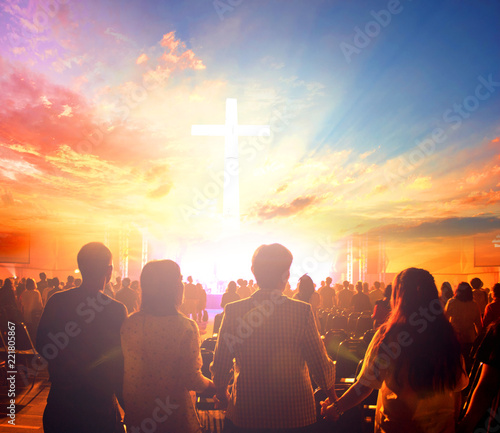 Photo  Worship concept:Silhouette people looking for the cross on  sunrise background