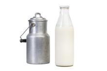 Botella De Leche Sobre Fondo Blanco Con Lechera De Aluminio Antigua Sobre Fondo Blanco Aislado. Vista De Frente