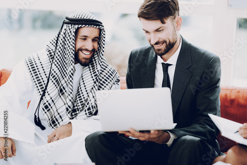Cuadros en Lienzo Arab Businessman Discussion Meeting With Partners.