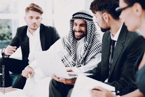 Photographie Arab Businessman Discussion Meeting With Partners.