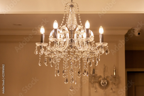 Fotografía Chrystal chandelier lamp on the ceiling in Dining room Adjusting the image in a Luxury tone