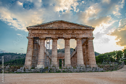 Spoed Foto op Canvas Bedehuis The ruins of the Greek temple at sunset in the ancient city of Segesta, Sicily, Italy