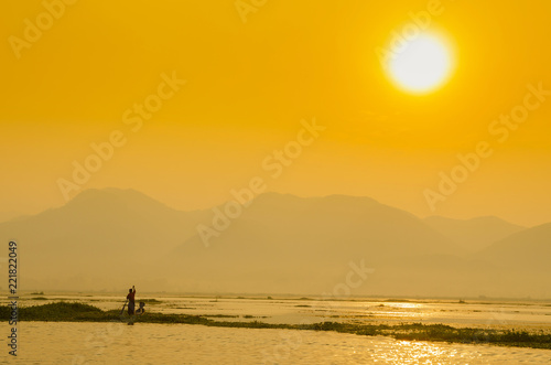 In de dag Ochtendgloren Beautiful sunrise in Inle lake, Myanmar.