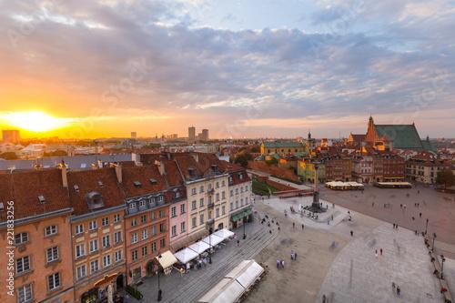 fototapeta na szkło Royal Castle square in Warsaw city at sunset, Poland