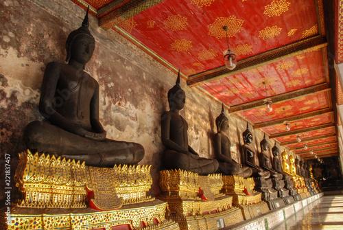 Foto  Golden Buddha images from Wat Suthat Thepwararam, Beautiful temple architecture