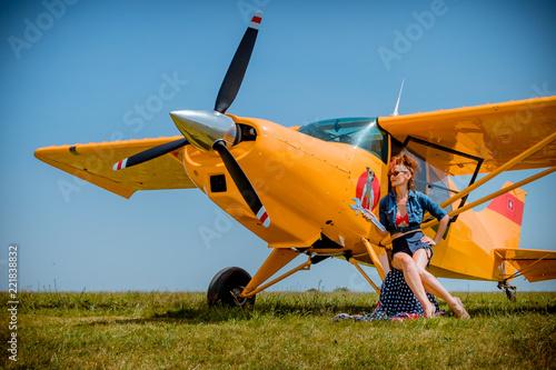 Photo La Pinup devant l'avion jaune