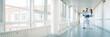 canvas print picture - Drei Ärzte im Flur von Krankenhaus unterhalten sich kurz