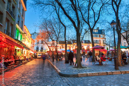 Fotografia Beautiful evening view of the Place du Tertre and the Sacre-Coeur in Paris, Fran