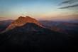 Sonnenaufgang in den Alpen im Sommer
