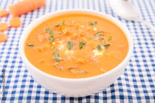 Keuken foto achterwand Klaar gerecht Karroten Cremesuppe in Schüssel