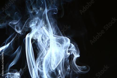 piekny-abstrakcyjny-kontrast-niebieski-dym-na-ciezkim-czarnym-tle