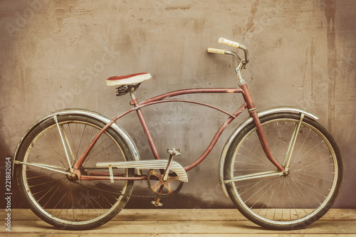 Foto op Aluminium Fiets Vintage rusted cruiser bicycle on a wooden floor