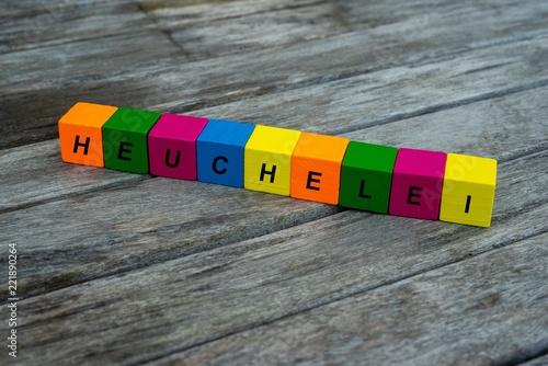 Valokuvatapetti Farbige Holzwürfel mit Buchstaben auf dem das Wort Heuchelei abgebildet ist, Abs
