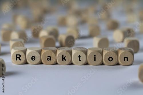 Fotografía  Reaktion - Holzwürfel mit Buchstaben