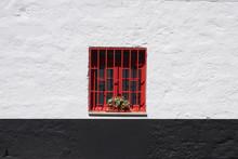 Ventana Roja Con Enrejado De Hierro Rojo En Pared Blanca Y Negra
