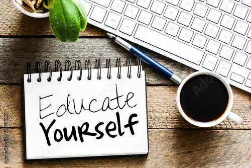 Fotografía  EDUCATE YOURSELF