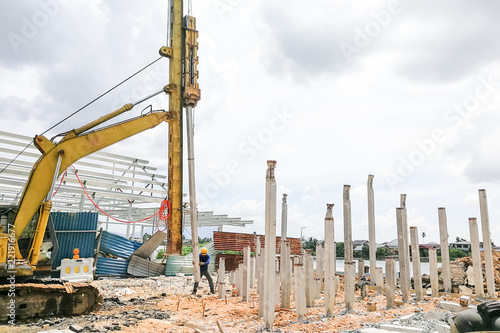 Fotomural Worker carrying out ground piling work at construction site