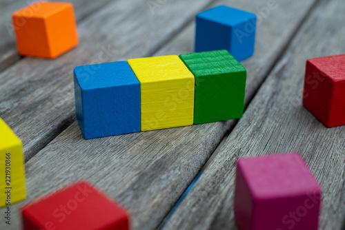 Fototapeta Farbige Holzwürfel Auf Einem Holztisch Auf Dem