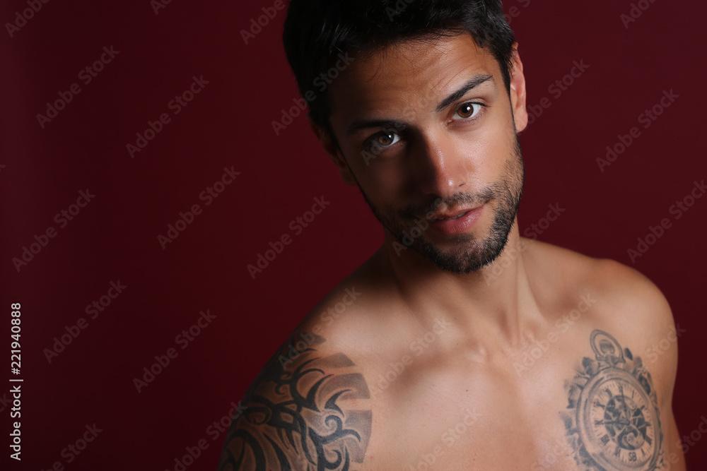 Fotografía  good looking man posing on red background