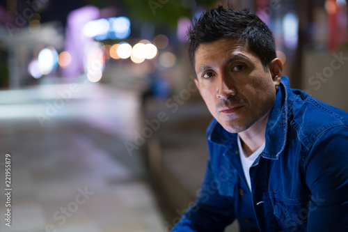 Fotografie, Obraz  Hispanic man waiting in the city streets at night